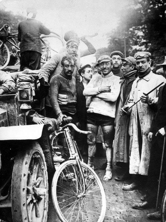 The finish of the first Tour. At the right: the first winner, Maurice Garin. 1903