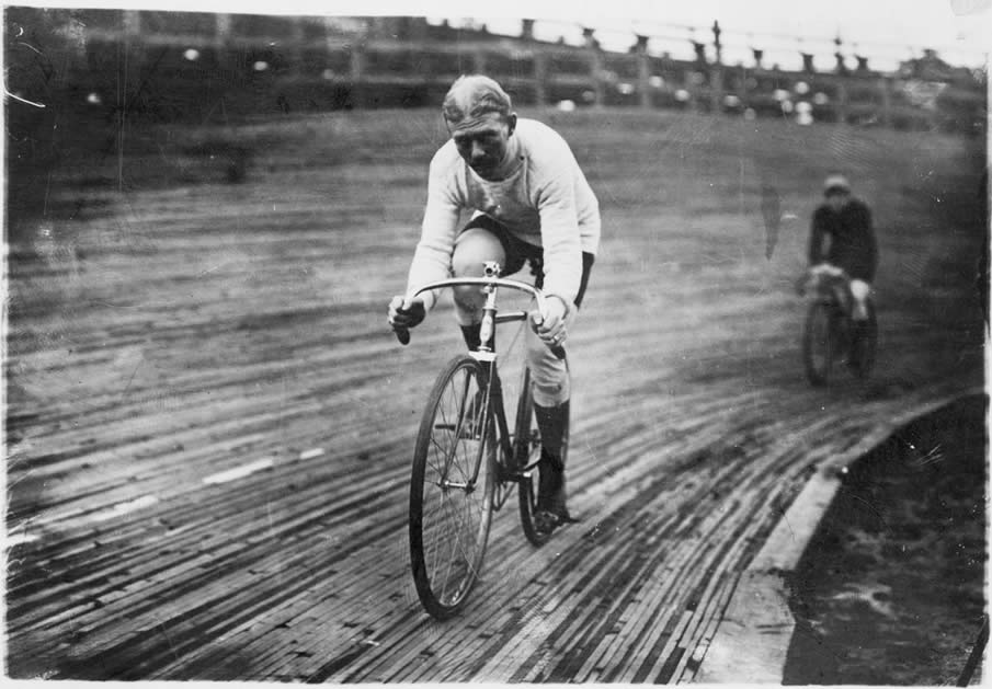 1909: Bicycle riders – Walthour in 6-day Race