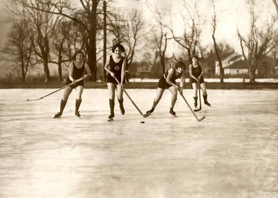 Ice-hockeying women in bathing suits. Minneapolis, USA, 1925.