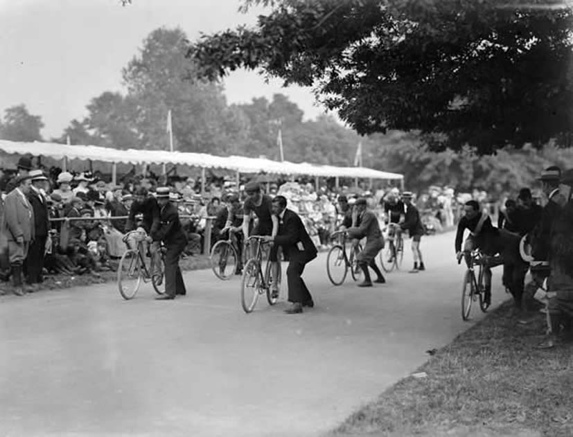 Start of a bicycle race in 1901.