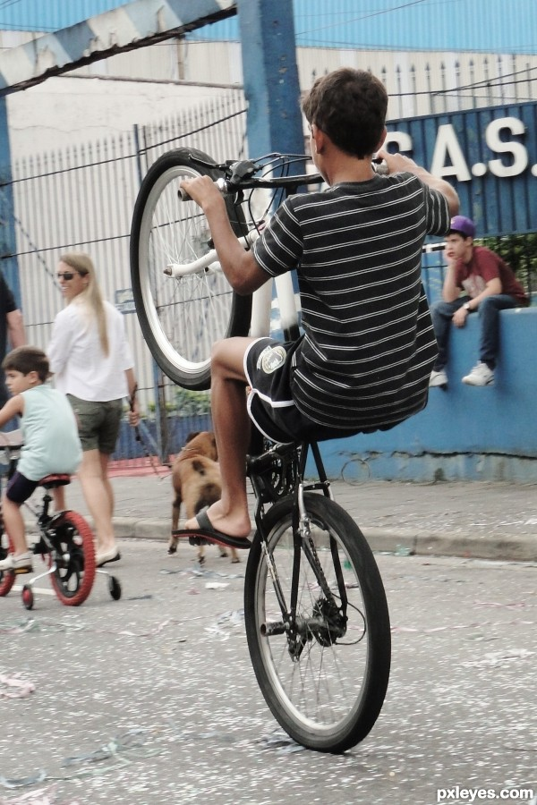 I already told to this kid, the normal is use the two wheels ...