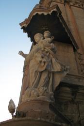 cornerstatue