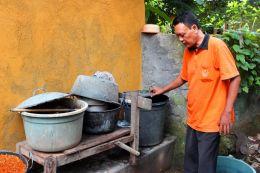 Entry number 106436 Vegetable dye man, Bali