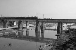 Trainonoldstonebridge