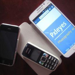 Oldblackandwhitephoneandlatestsmartphones